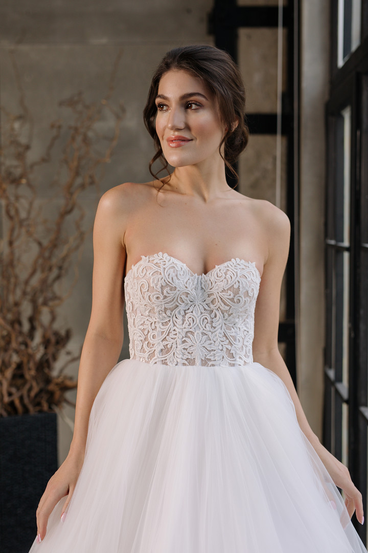 Juliette gown, 2019, couture, dress, bridal, off-white, lace, A-line, train, lacing corset, tulle, discount, sale